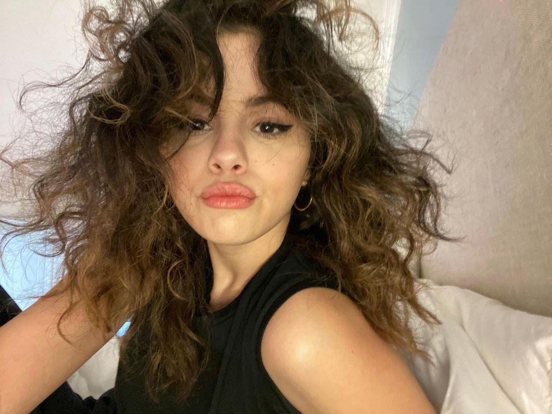 Selena Gomez Crazy Hair Pouting Selfie 1